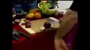 Скрита Камера - Мъж Си Забива Нож В Ръката