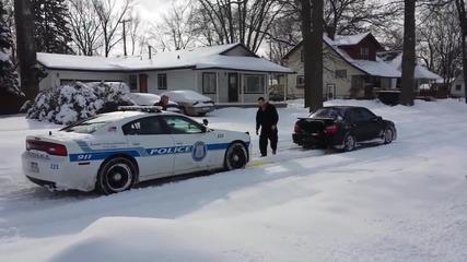 Помощ в труден момент. Шофьор на Субару издърпва затънала в снега полицейска патрулка