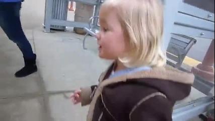 Момиченце и влак - Страхотна неподправена реакция!