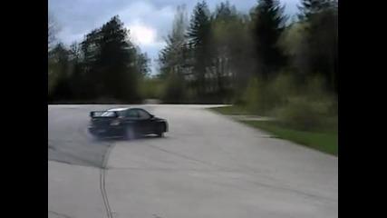 Subaru Impreza Wrx Sti съсипа гумите от дрифт.