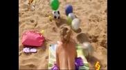 Бъзик с гола мацка на плажа. Смях!