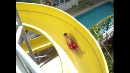 Коко Се Спуска По Водна Пързалка В Турция - 2