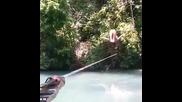 Момиче по бикини подскача на въже върху река!