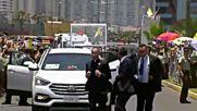 Папата спря конвоя си, за да помогне на полицай, паднал от кон