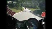 Моторист с гаджето си се удря в мантинела