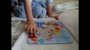 дете на 3 години зглобява пъзел