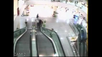 Малко дете пада от ескалатор