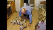 Малки кученца са радостни да видят своя стопанин!