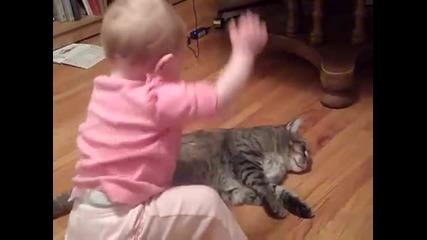 Бебе се радва с любов на котка :)