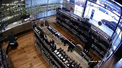 Мъж спасява бутилка с вино