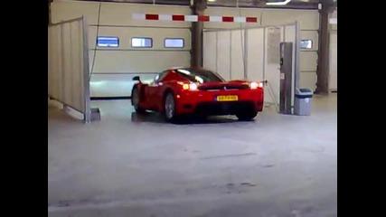 Ferrari Enzo in een wasstraat