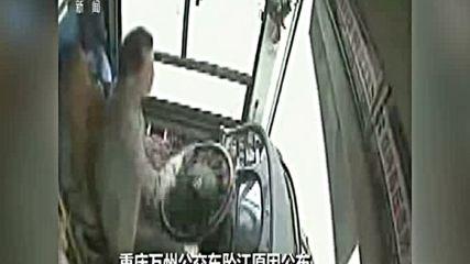 Китайка се сби с шофьор на автобус, загинаха 15 души