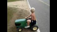 Дете врътка трактор!