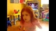 Момиченце Пее Песен На Avril Lavigne