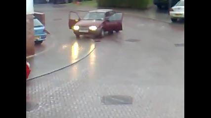 Ако някога колата ви попадне на лед и се хлъзне, Никога Не Правете Това!