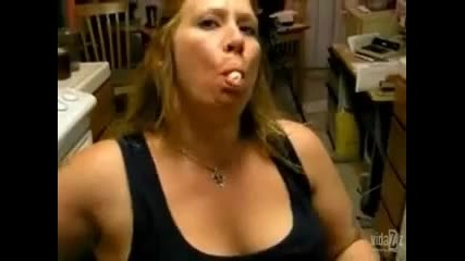 Жена напъхва два банана в устата си
