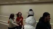Страшен Снежен Човек Плаши Хората В Магазина