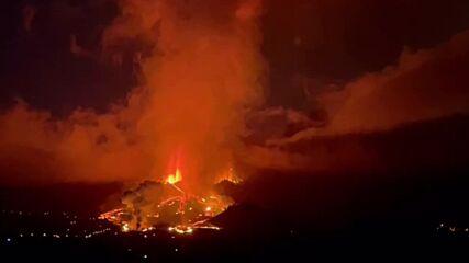 Spain: Volcano spews smoke and lava amid eruption in La Palma