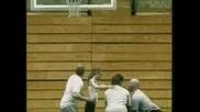 Момиче Скача През Баскетболен Кош