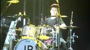 Джъстин свири на барабани на концерта от турнето си в Дъблин ( 08.03.2011 )