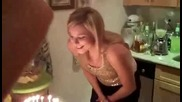 Ето как блондинките духат свещичките на тортите си за рожденните им дни!