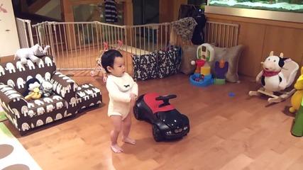 Малко бебче танцува Gangnam style ;d