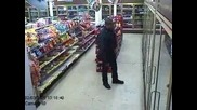 Полицай, уловен от камера да танцува