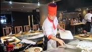 Луд готвач забавлява хората в ресторант