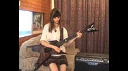 Момиче свири много добре на китара