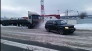 Мощен Range Rover изтегля аварирал камион