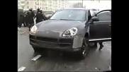 О М О Н атакуват Porsche Cayenne