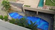 Момче прави щур рискован скок от покрива на хотел в басейн и успя!