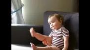 Бебе Момиченце Танцува