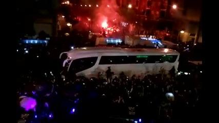 Страхотно посрещане на футболистите на Реал Мадрид минути преди дербито! *10.12.2011г.*