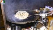 Бърза Храна на улицата в Мумбай - Veg Noodles Frankey - Chenmai Road - Mumbai Street Food