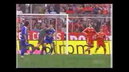 Bayern - Schalke Кан Атакува Ларсен