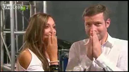 Надървен участник в X - Factor излиза на сцената