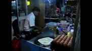 Индиец прави палачинки със страхотна бързина и прецизност!