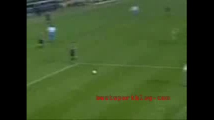 Гола футболна фенка вкарва гол