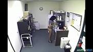 Секретарка слага екстри в кафето на шефа !