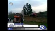 Кола Лети 27 Метра Каца Върху Сграда Шофьорът Умира На Място