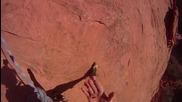 Ужасяващ момент! Катерач пада от скала, но въжето му го спасява!