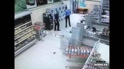 Охрана се пребива смешно гонейки крадец