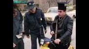 Полицаи Се Бъзикат С Поп