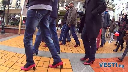 Мъже вървяха на токчета под дъжда
