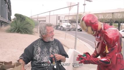Да дариш усмивка на бездомните в костюм на железният човек!
