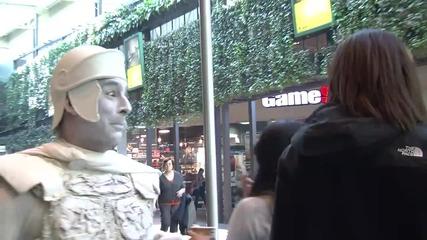 Шега с жива статуя