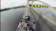 Екстремно минаване по мост с мотор