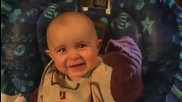 Емоционално бебче плаче, докато майка му пее
