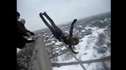 Луди руснаци изхвърлят момиче от покрив на блок